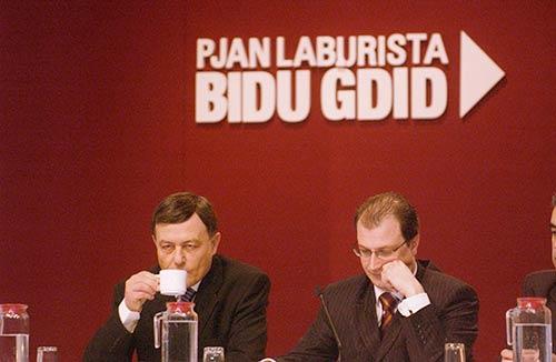 Il-mexxej tal-Partit Laburista, Doctor Alfred Sant, jiehu kafe jew tnejn waqt li jitkellem dwar il-korruzzjoni lampanti.